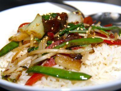 Chinees varkensvlees is een gezond gerecht het is vetarm want er zitten maar 3 eetlepels zonnebloemolie in en heerlijke knapperig gebakken groenten. Door de vijfkruidenpoeder en de gember krijg het gerecht lekker veel pit.