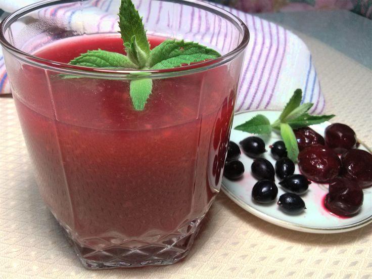 Кисель из ягод это прекрасный десерт. Летом его можно приготовить из свежих ягод, но зимой и весной можно использовать замороженные. Если у вас в холодильнике ещё остались замороженные ягоды, то самое время их использовать. Освободите место для нового урожая. Вкус киселя получается очень насыщенным. Его можно приготовить густым или жидким. #Марина_Перепелицына, #легко и просто.