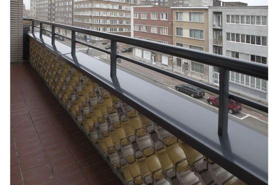 Roval | Specialist in aluminium bouwproducten voor dak & gevel. Renovatieproject in Antwerpen waar de balkons voorzien zijn van fraaie aluminium muurafdekker met balusters (dubbele railing). Duurzaam en onderhoudsarm.