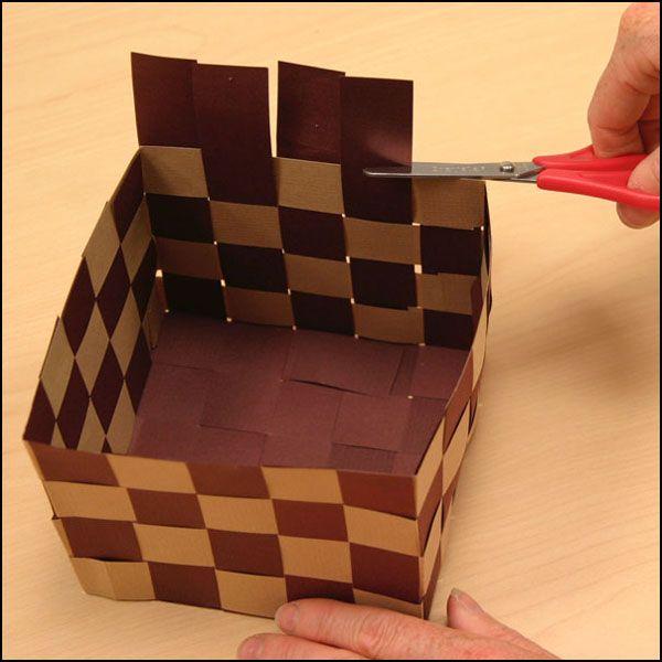 Photo montrant l'étape 6 de la fabrication d'un panier en papier tressé