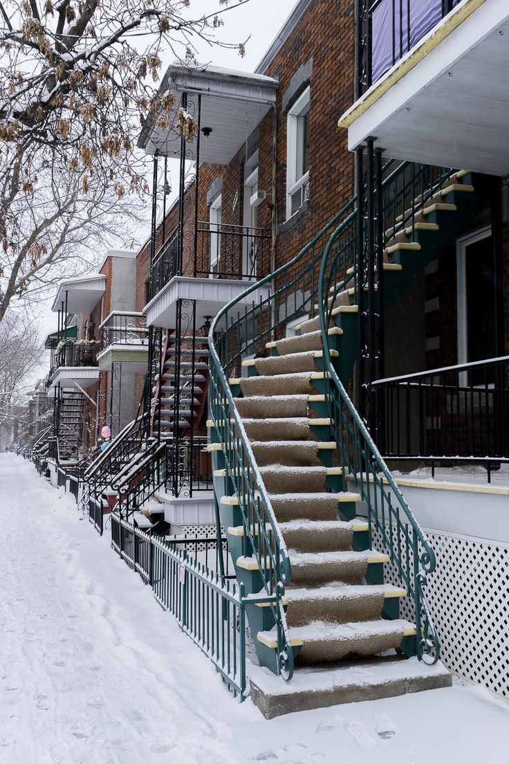 Les escaliers classiques de Villeray - Montréal, Québec. Montréal dévoile son charme sous la neige.