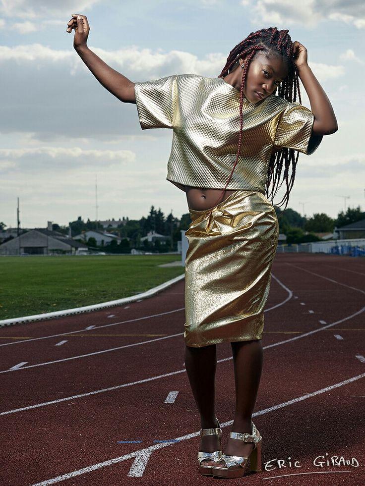 La determinación, entusiasmo y pasión son lo que hace que nuestras medallas sean de oro. Así es este nuevo proyecto.  Falda tulipán de lamé dorado con chaqueta de punto acolchado, diseño exclusivo Claudia Reyes.  Fotografía Eric Gibaud MUA Claudia Reyes