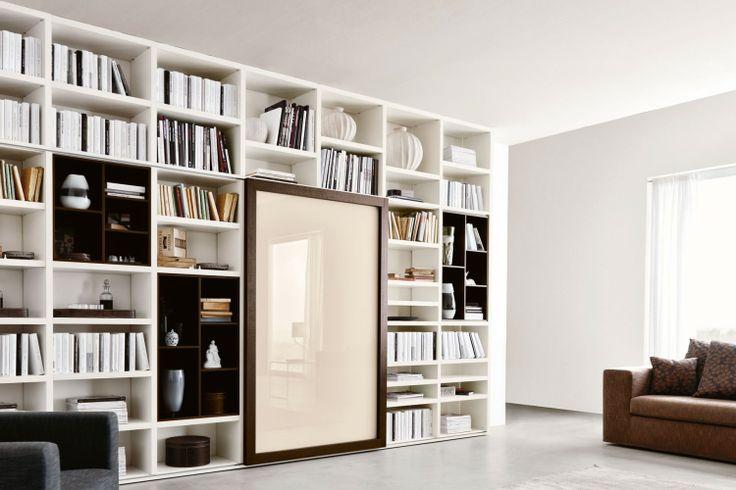 Libreria a giorno componibile a soffitto 558, l'anta scorrevole cela un vano TV attrezzato | Napol.it