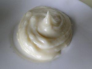 Эмульсия для сухих кончиков волос: 1 ст.л. масла кокоса 1 ст.л. оливкового масла 1 ст.л. масла ши (если есть) 1 ст.л. миндального масла 1 ч.л. воска 5 капель эм иланг-иланга
