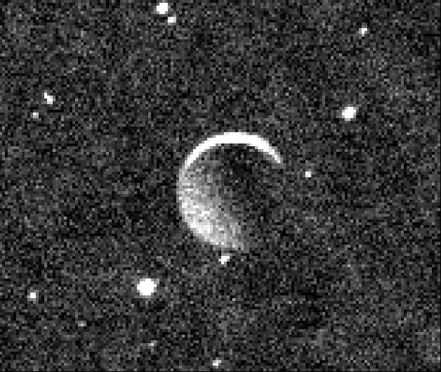 La NASA ha rilasciato un'immagine scattata dallo strumento Ralph/MVIC a bordo della sonda New Horizons durante il suo sorvolo del pianeta nano Plutone, il 15 luglio 2015. L'immagine ritrae Caronte, la luna principale di Plutone, illuminata dalla luce solare riflessa contro la superficie del pianeta nano; la sottile falce sovraesposta, al contrario, è illuminata direttamente dal Sole. Al momento dello scatto, New Horizons era già 160 mila chilometri alle spalle di Plutone.