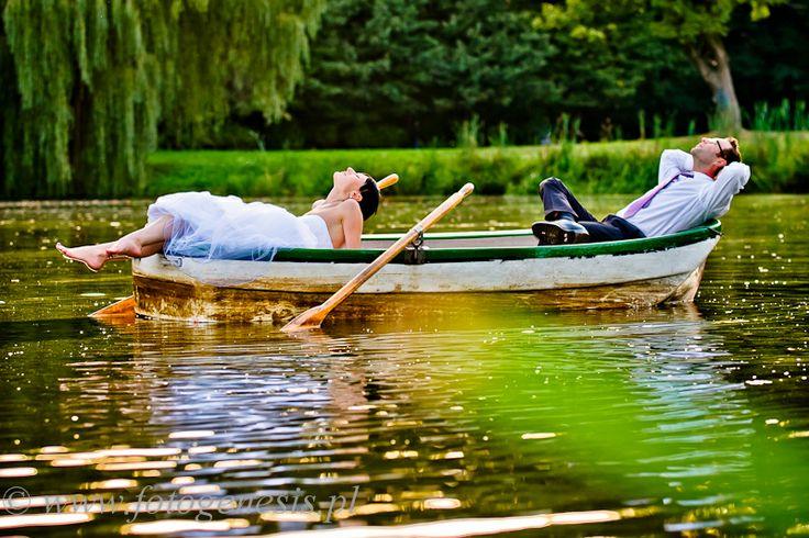 sesja ślubna w wodzie na łódce