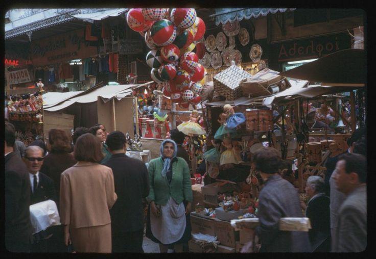 Εμπορικός δρόμος στην Αθήνα, Απρίλιος 1965. ©Charles W. Cushman