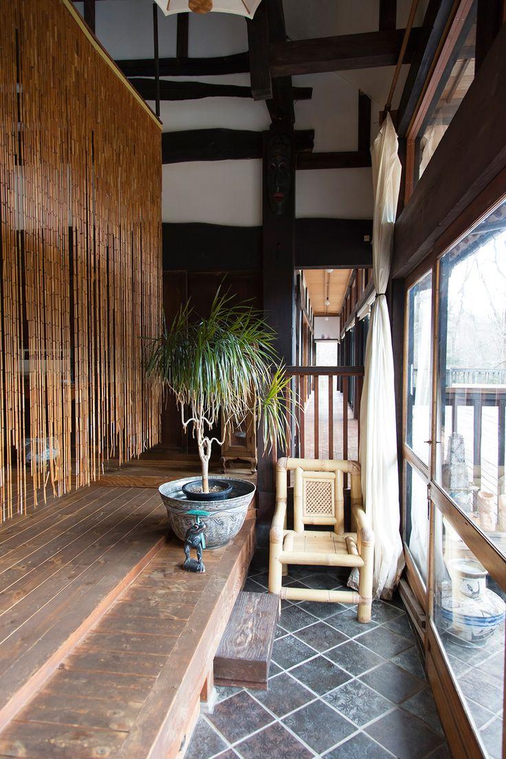 大型の簾はベトナム製のもの。奥の廊下の左側には、8畳の広さの部屋が6つ連続している。