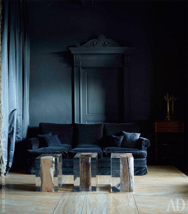 Передняя целиком выдержана в серых тонах: темно-серый бархат, которым обит диван, занавесь из серебристо-серого шелка и графитовая краска на стенах.