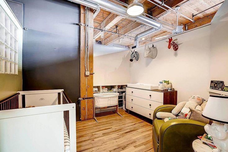 Открытые вентиляционные трубы и деревянные балки перекрытия создают идеальную атмосферу в стиле лофт в просторной детской. .