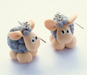 Todo lo que necesitas para tus manualidades está en mitiendadearte.com Pendientes de ovejitas en pasta fimo.