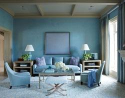 Голубые стены.  Хороший вариант для спальни