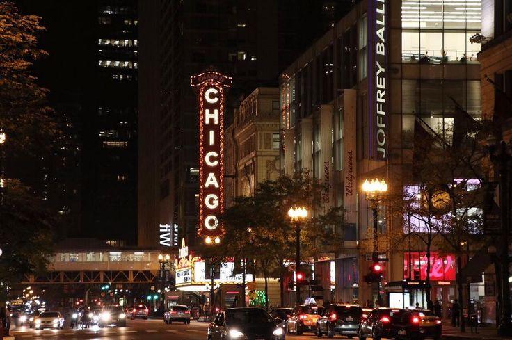 O Teatro Chicago (Chicago Theatre) fica no  Loop - centro da cidade.   A construção e as luzes chamam a atenção pra esse teatro construído em 1921. Ele é um dos lugares históricos mais marcantes de Chicago.   Da época em que os filmes ainda eram apresentados com orquestras ao vivo e os convidados recebidos por elegantes funcionários em trajes de gala.   Hoje o teatro ainda recebe espetáculos e é um dos pontos mais procurados pelos turistas. É possível fazer um tour pelo teatro e também…