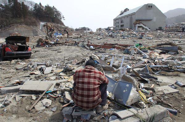津波で自宅が被災した現場に座り込む…:東日本大震災 100枚の記録 写真特集:時事ドットコム