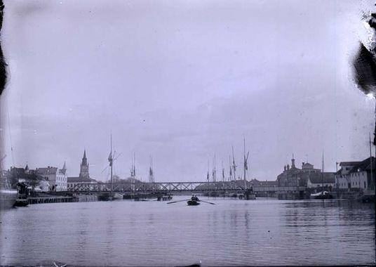 """Digitalt Museum - Enligt text som medföljde bilden: """"Jernvägsbron. Lidköping. 20/5 03""""."""
