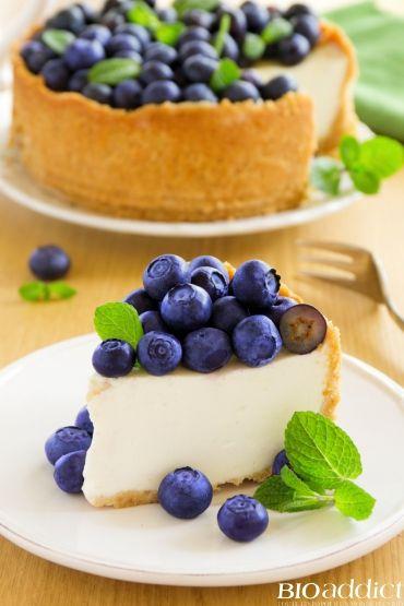 """Aujourd'hui, on vous propose la recette du Cheesecake bio au citron et myrtilles fraîches sur biscuit """"maison"""" sans gluten (réalisé avec de la farine de riz ) à la texture légère et pas trop sucrée. Un délice !"""