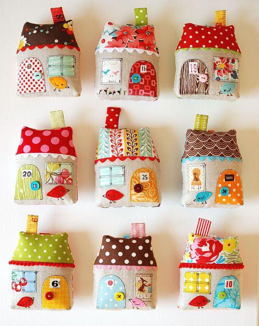 Maisons en tissu (jeu ou déco) : pour le tuto en français, allez voir sur notre site http://www.letoiledecoton.com/les-super-tutos-couture/accessoires-d%C3%A9co/