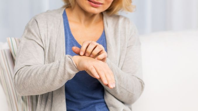 Schuppige Haut nach einem Neurodermitis Schub juckt beinahe schlimmer, als während des Schubs.