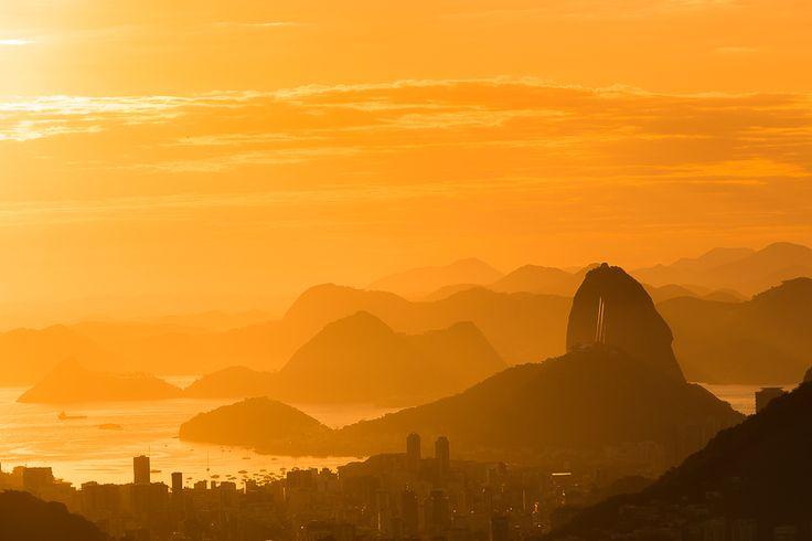 Fotografia da paisagem do nascer do sol na Vista Chinesa. Pão de Açúcar e o relevo carioca.