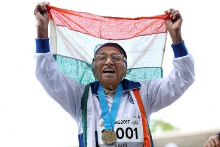 <p>Con la bandera sobre la cabeza y la medalla colgada sobre su cuello, la india Man Kaur, de 101 años, improvisó algunos pasos de baile tras ganar en Auckland el título de 100 metros en la categoría de centenarios en los World Masters Game.</p>