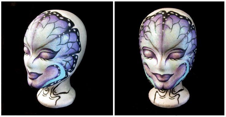 Maquillaje de mariposa realizado sobre cabeza de porexpan en tonos fríos