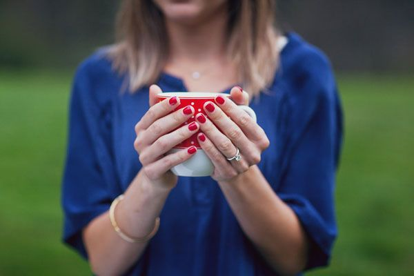 engagement session in red and blue http://weddingwonderland.it/2015/04/engagement-session-alpi-svizzere.html