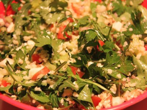Bulgursalat mit Rucola, frischen Kräutern und Gemüse