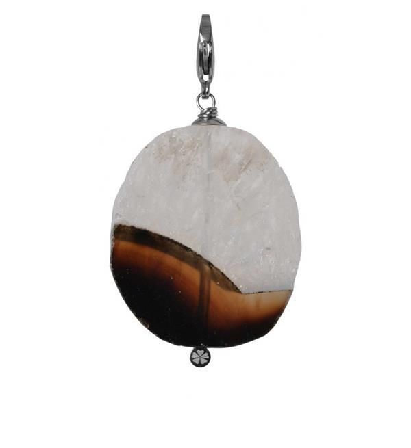 Pimps & Pearls bedel Suse. Dit is een platte ronde steen met 2 kleuren.   Elke bedel is handgemaakt en uniek. Shop de eigentijdse handgemaakte lederen armbanden, bedels en  overige accessoires @ https://www.nummerzestien.eu/pimps-and-pearls/