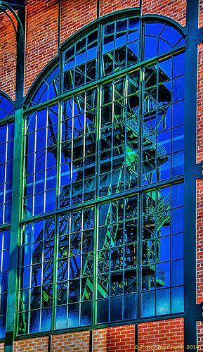 Dortmund, Industriemuseum Zeche Zollern - Das Fördergerüst 1 als Spiegelbild im Fester der Maschinenhalle