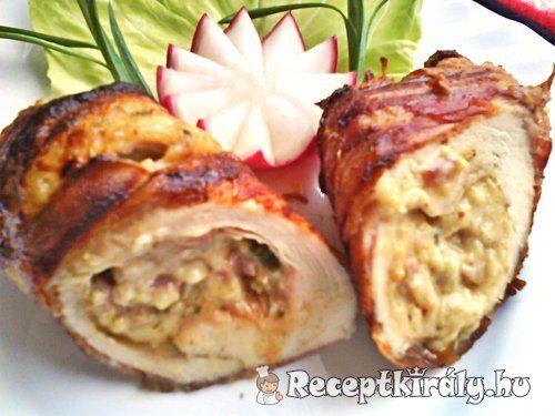 Krémsajtos csirkemell baconbe göngyölveHozzávalók:4 db csirkemell filé 30 dkg tömlős krémsajt 5-6 levél medvehagyma vagy 2 szál újhagyma 10 dkg sonka 8 szelet bacon só őrölt fehér bors szárnyas fűszerkeverék
