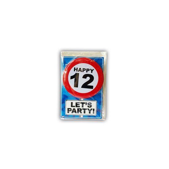 Happy Birthday kaart met button 12 jaar. Leuke verjaardagskaart voor een 12e verjaardag. Met stopbord button die de jarige zelf kan dragen.