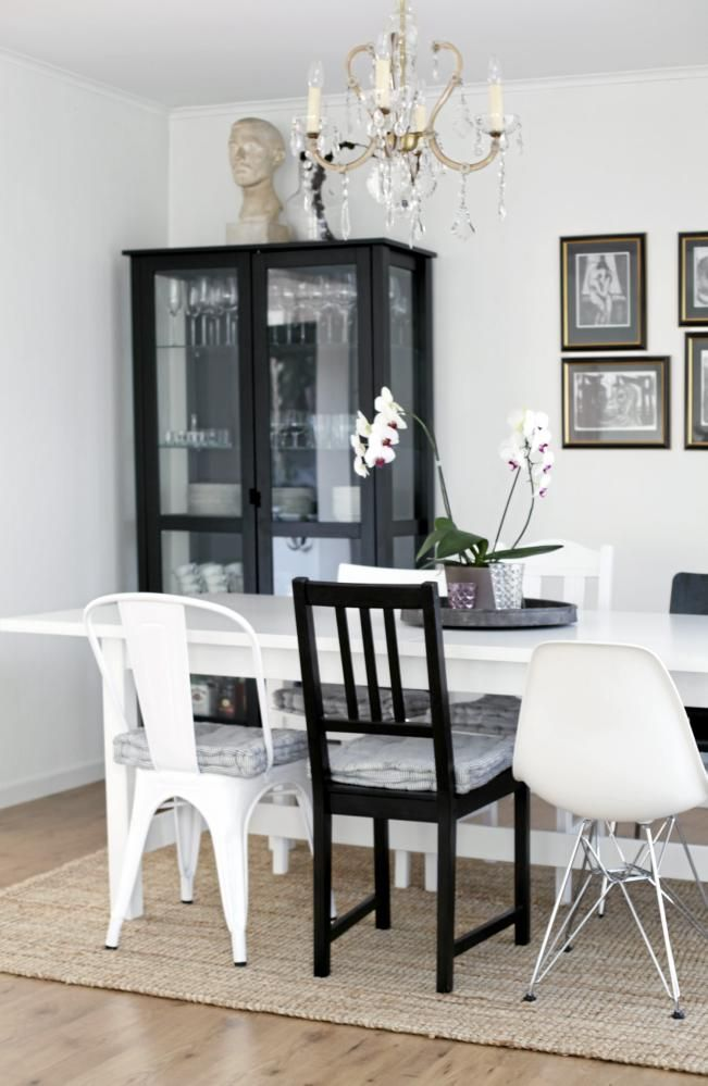 Kombinasjon hvit eames stolog svart stol