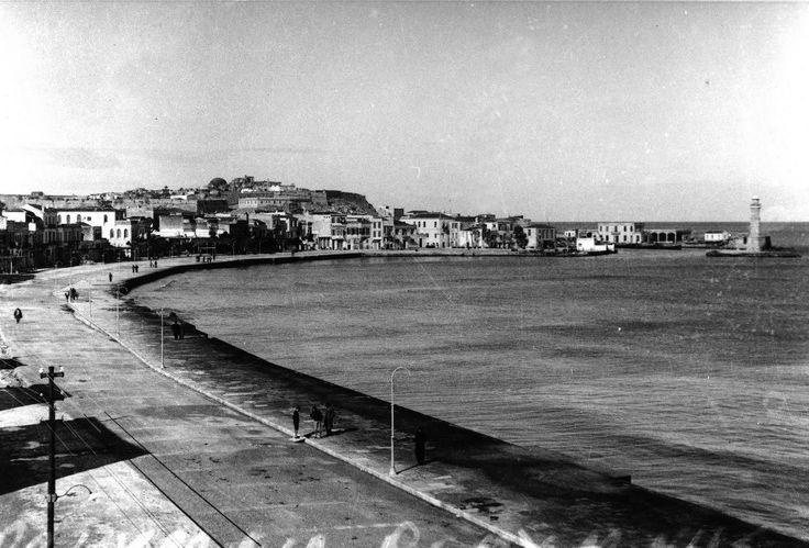 O παραλιακός του Ρεθύμνου και δεξιά ο φάρος του 1930