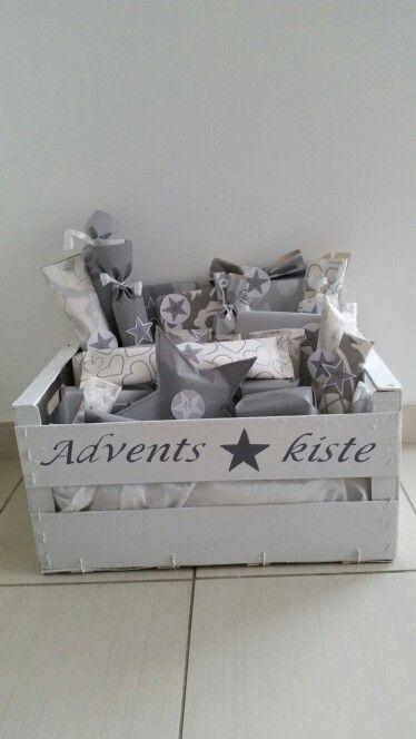 Kiste gestrichen, beschriftet. .. Päckchen in Tapete eingepackt. ..