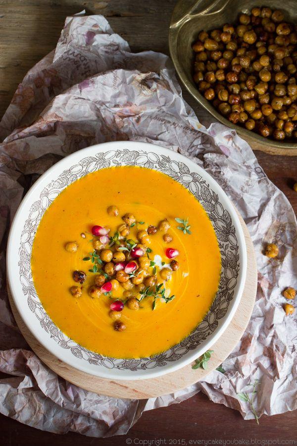 marokańska zupa dyniowa krem  - aksamitna i pikantna w smaku, z chrupiącą prażoną cieciorką i granatem