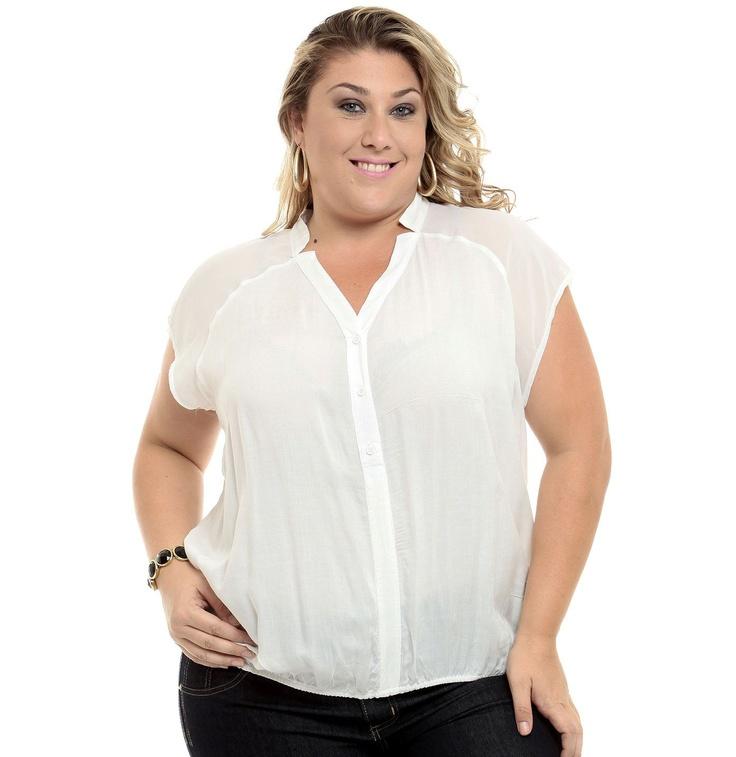 Blusa plus size sem manga com recorte em chiffon. Possui decote V com abertura em botões e elástico franzido na barra.