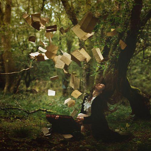 boekenbruiloft - boeken/pagina's in de bomen hangen met fragmenten die mooi zijn of iets bijzonders betekenen
