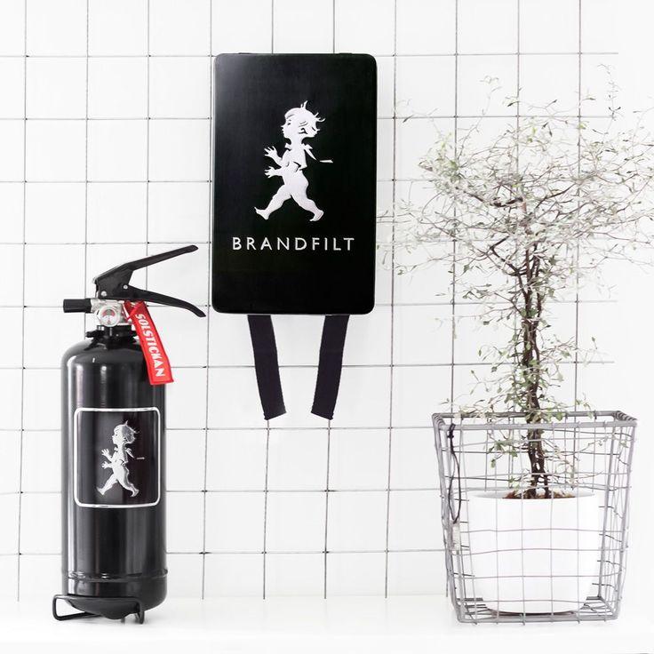 Produkten BRANDSLÄCKARE – SVART/SVART säljs av Solstickan Design