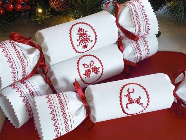 クリスマスシーズン到来!テーブルコーディネートはどうしよう? #homify #ホーミファイ #クリスマス #デコレーション #インテリア Kate Sproston Design の 家庭用品 Ivory Cotton Scandi Reusable Christmas Crackers