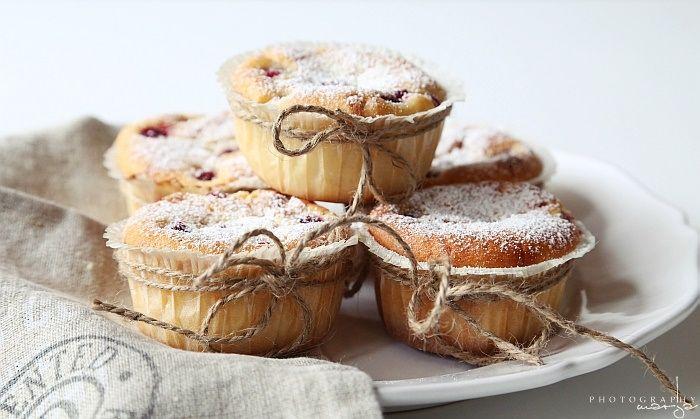 rasberries with white chocolate - Vaaleanpunainen hirsitalo