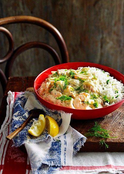 Лосось, кальмары и креветки под нежным французским соусом
