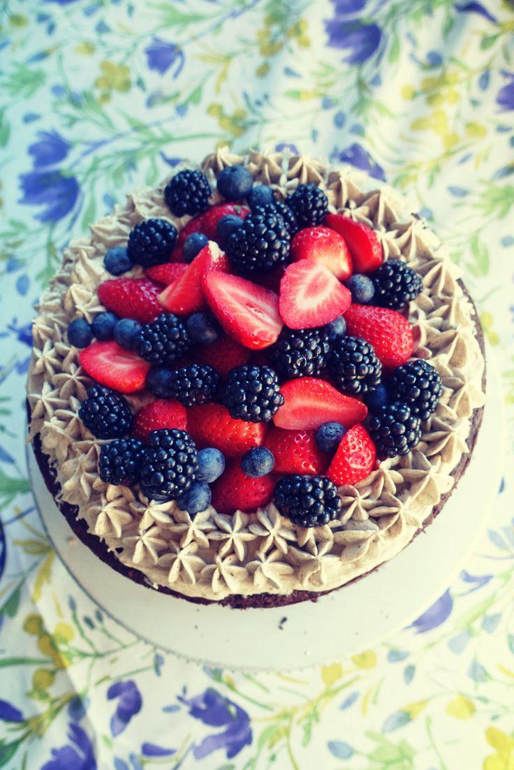 Tort paleo czekoladowy z kremem kasztanowym i owocami