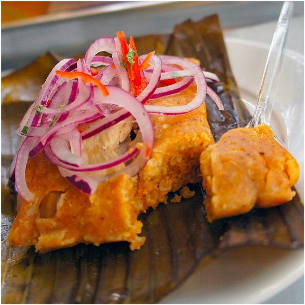 Tamalitos de la señora Vilma: milho andino e frango orgânico, coberto por vinagrete de cebola roxa. Receita da cozinheira peruana Dona Vilma