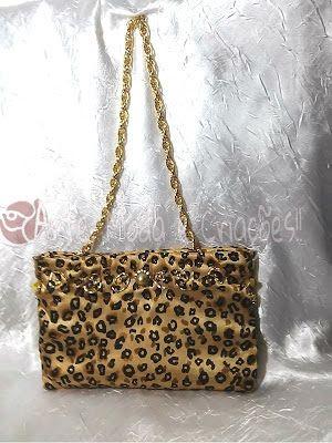 Bolsa de festa dourada e com estampa de onça!! Bordada e com uma linda alça em corrente dourada.