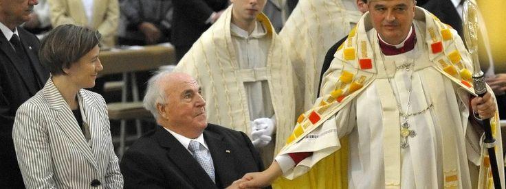 Der Bischof des Bistums Speyer, Karl-Heinz Wiesemann (r.), begrüßt Helmut Kohl und Maike Kohl-Richter - im Jahr 2011 im Dom