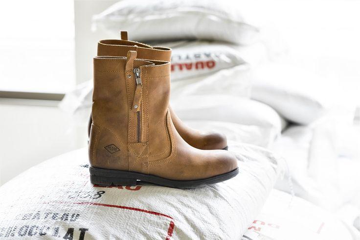 Bottes basses PLDM BY PALLADIUM pour femme. Chaussures automne-hiver confectionnées dans un cuir huilé et brossé pour un rendu patiné.