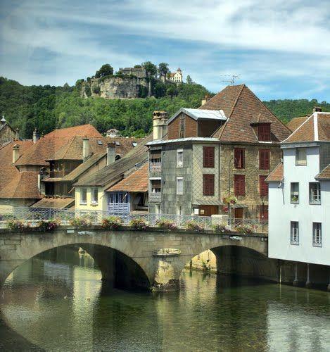 Ornans : le Grand Pont et le Château vus depuis la galerie vitrée du musée Courbet