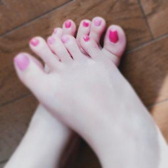 暇やからネイル変更💅🏻 . なんとなくピンク系にしたけど バレンタインネイルって事で🤣✌️🏻 . #ニューネイル #フットネイル  #マニキュア #セルフネイル  #バレンタインネイル