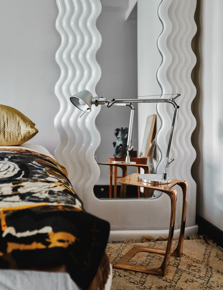 Why Ettore Sottsass's Ultrafragola mirror has become a must-have design item as of late. Retro Mirror, Retro Lamp, Funky Mirrors, Mirror Mirror, New York Homes, Memphis Design, Vogue Living, Modern Luxury, Decoration