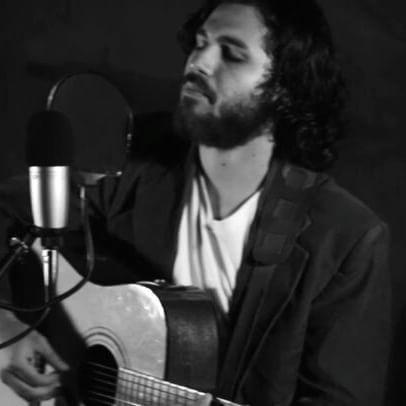 """Sesión con @abejaacustica de la canción """"Entre sueños y recuerdos en mí jardín"""", pueden ver el vídeo en el canal oficial de Youtube """"Abeja Acústica"""". #chelorojasoficial #musicachilena #music  #folk #abejaacustica #acustic #guitar #indiefolk"""